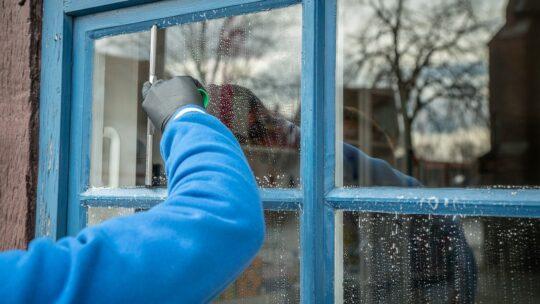 En vinduespudser har de rigtige teknikker og bruger mindre vand, end du selv gør